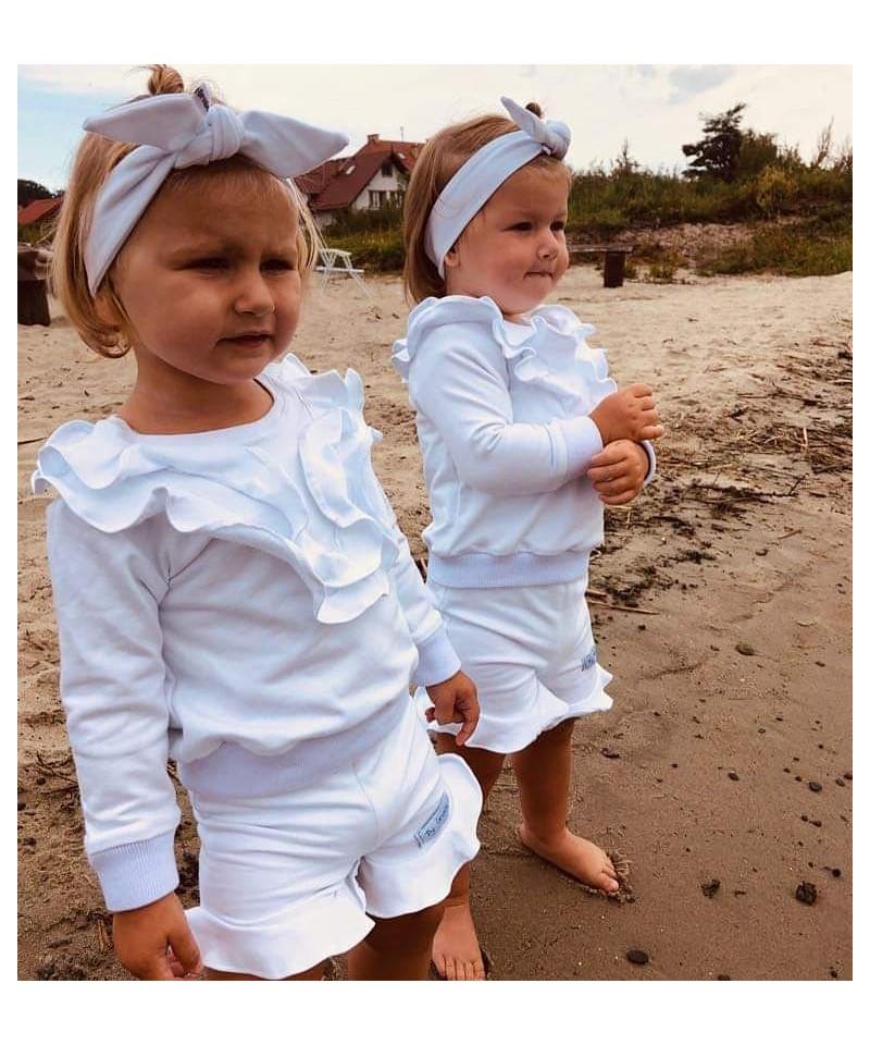 Biała bluza ze  spodenkami i z opaską z polskiej dresówki