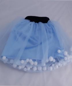 spódniczka błękitna z tiulu z pomponami
