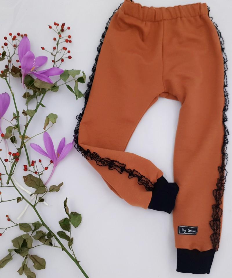 Kamizelka w kratę, spodnie i koszula