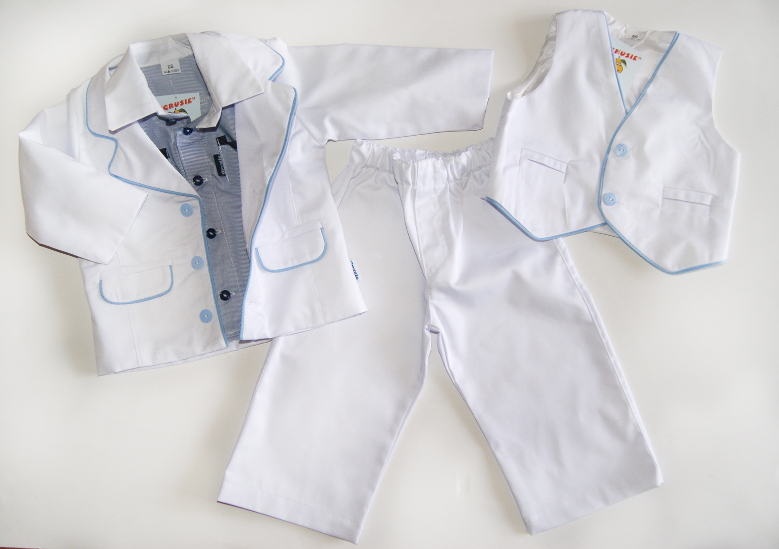 Białe ubranko do chrztu