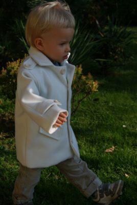 Kremowy płaszcz dla dziecka