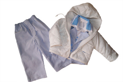 Biała kurtka jako ubrano do chrztu