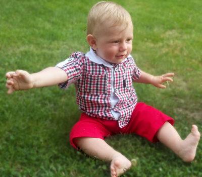Koszula w czerwono-czarną kratę z czerwonymi spodenkami