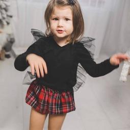 Karnawał trwa w najlepsze, choć żadnego balu nie ma👗 Do końca karnawału jeszcze jest trochę czasu A tu jedna z małych modelek w czarnej bluzeczce z tiulem i blumersach w krateczkę   @_kinga_z ----------  #bygrusie #ubranka #forboysforgirls #dresdladziecka #modnedziecko #modadladzieci #dladziewczynek #dladzieci #sklepinternetowy #instamatki #grusieubrankadladzieci #forgirls #bluzydziecięce #forgirls #modneubranka