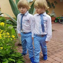 Dziś tak pięknie 🌞🌡 Czuć wiosnę, oby już tak zostało Choć tyle pocieszenia...  Zobaczcie jacy eleganccy bracia w naszych ubraniach  --------- #bygrusie #jestembojesteś #koszuledladziecka #ubrankadladzieci #swiatecznyoutfit #dladzieci #dlachlopcow #wiosna #wielkanoc #szytezpasją #handmade #czasdlarodziny #madeinpoland #modnedziecko #calymojswiat #garniturek #naelegancko